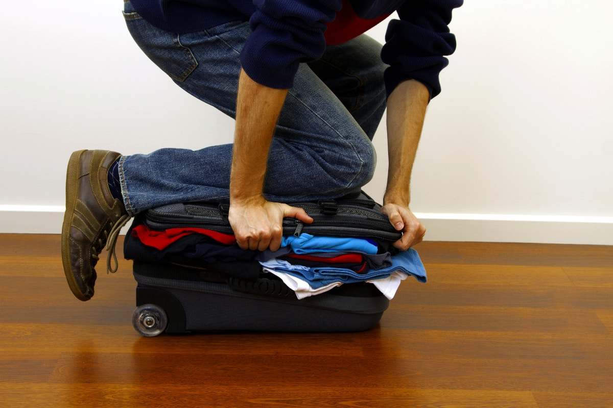 """13.01.02 mjs ft man wears 70 items of clothing to avoid baggage fees 26119296 - La technique du """"Ranger packing"""""""